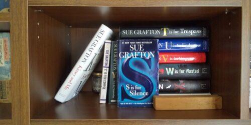 本棚のグラフトン・コレクション、S が正面を向いている。