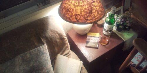 夜の居間、ウィスキーを飲みながら読書