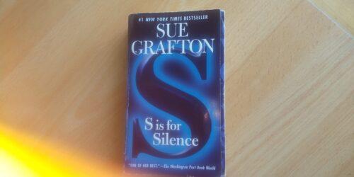 S is for Silence の表紙、Sの字が本の幅いっぱいに書かれている