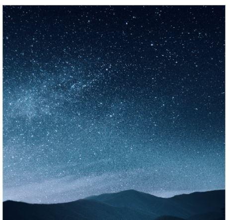 山の稜線の上に無数の星が光る空が高い。