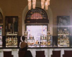 バーのカウンターに座る人、一人