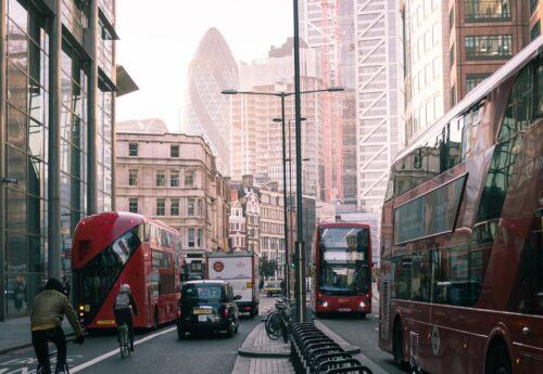2階建てバス。過去と現在のストーリーが2本立てで。