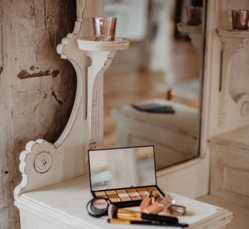 化粧台の上の化粧道具