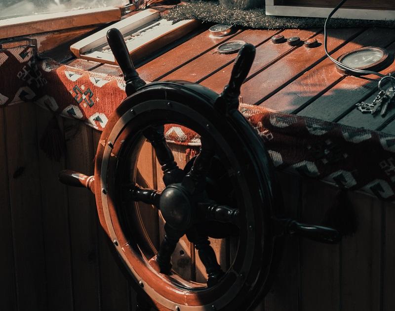船の舵。著者は大胆なかじ取りをして進路変更。