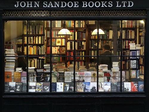 窓越しにたくさんの本が見える本屋の外観