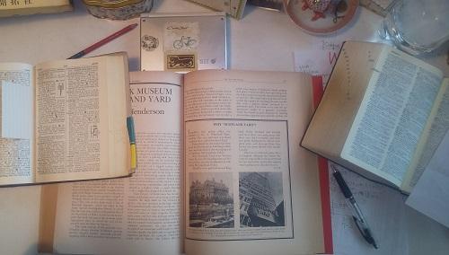 デスクの上の原書と辞書