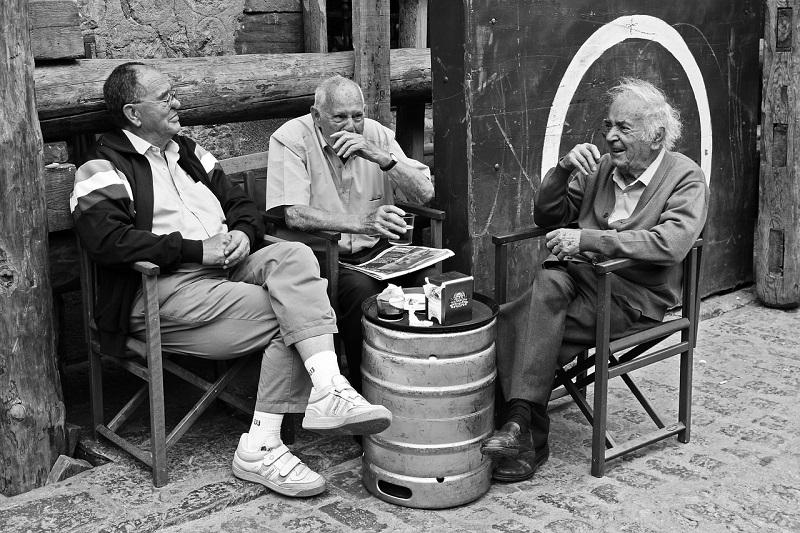 談笑する3人の老人