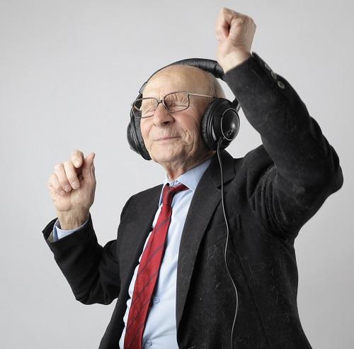 音楽を聴きながら思わず指揮をする元気な老人。