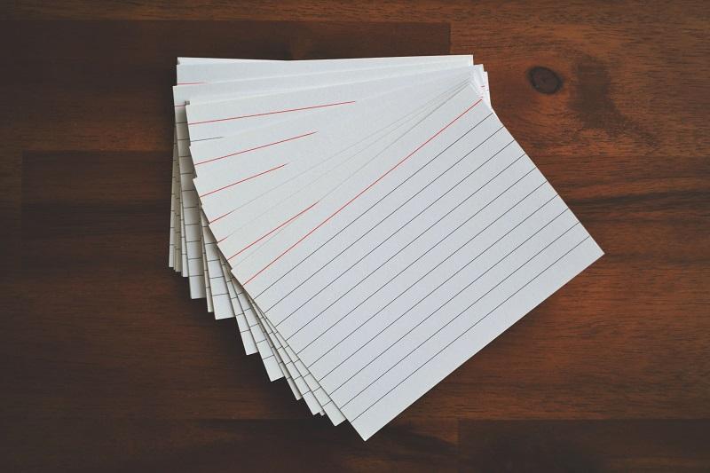たくさんのインデックス・カード、情報を書き込む