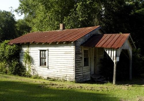 古い無人の家