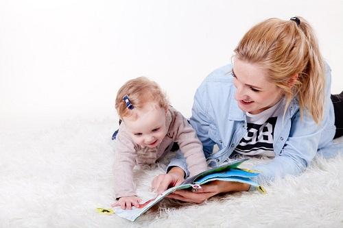 赤ちゃんに本を読み聞かせる。