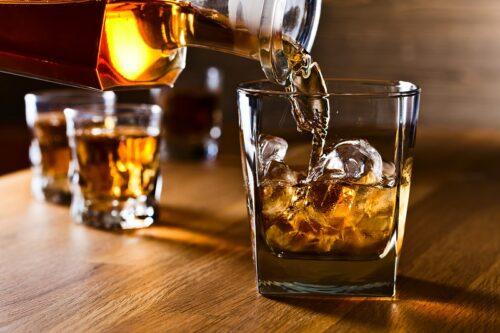グラスにウィスキーを注ぐ。
