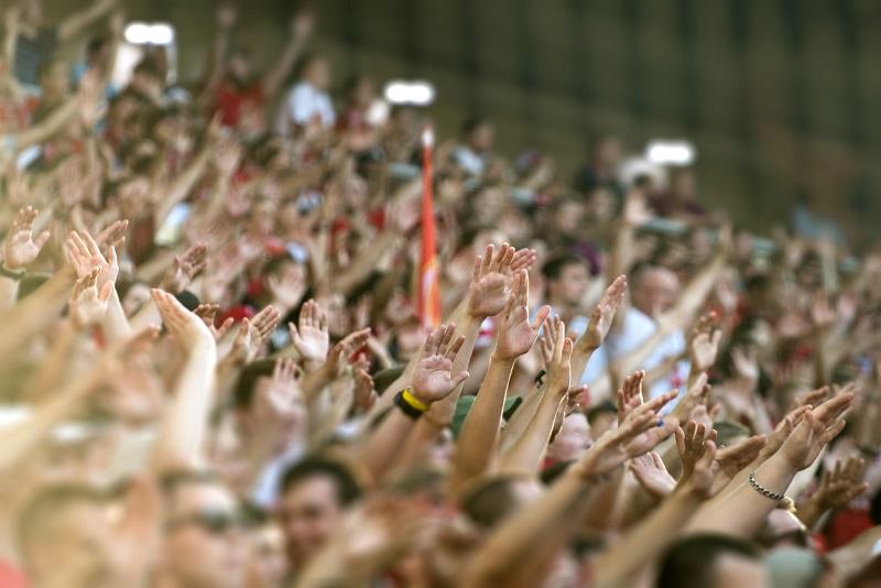 拍手する観衆。
