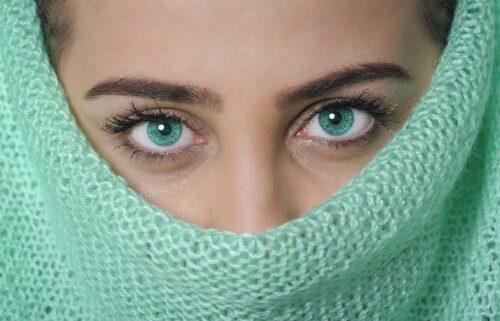 緑色の瞳の女性。
