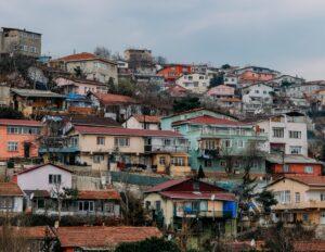 丘の斜面に建つ小さな古い家、多数。