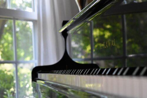 窓のそばのピアノ。