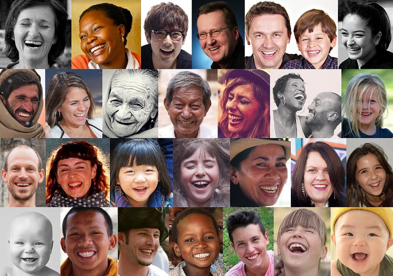 笑うたくさんの人。
