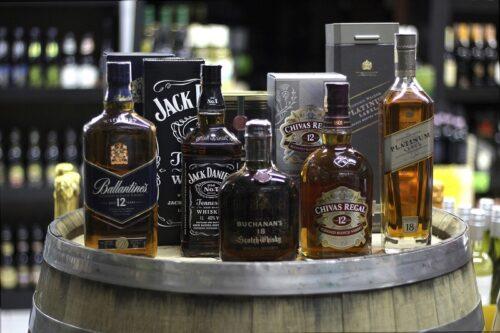 ホーム・バーに並ぶウィスキーの瓶。