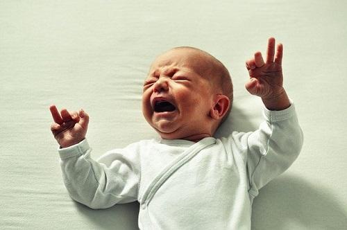 泣いている新生児。