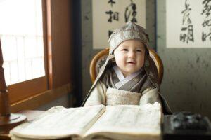 本の内容に満足する(幼児)。