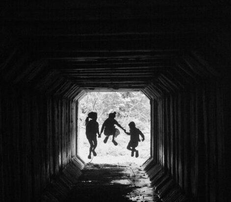 トンネルで遊ぶ。