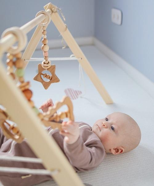 おもちゃをじっと見つめる赤ちゃん。
