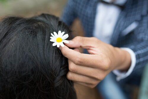 妻の髪に花を挿す。