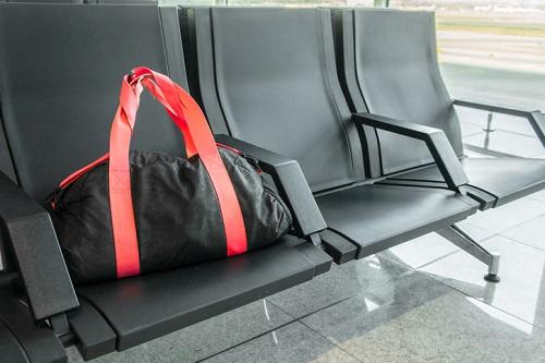 指定場所に置かれた現金入りのスポーツ・バッグ。