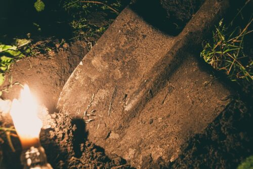 夜の発掘作業が始まる。