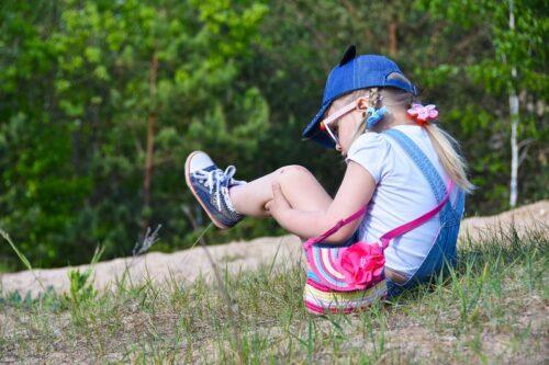 一人で遊ぶ4歳の女の子。