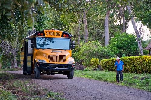 黄色いスクールバスが庭にやってくる。